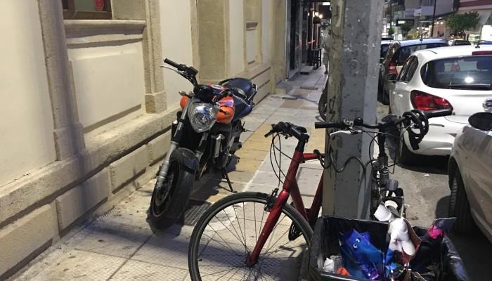 Ούτε οι δίκυκλοι γαϊδουρίστες αφήνουν σπιθαμή στα πεζοδρόμια