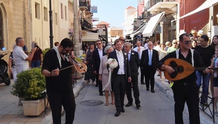 Χανιά: Ένας εντυπωσιακός γάμος - Ξεσήκωσαν το παλιό λιμάνι γαμπρός και νύφη