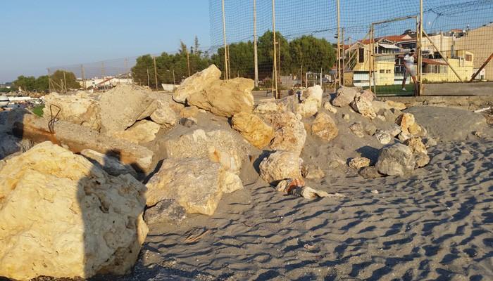 Ερωτηματικά για μπάζα που ρίχτηκαν σε παραλία στον Πλατανιά