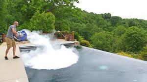 Τι γίνεται αν ρίξετε πάγο σε πισίνα - Δεν πάει ο νους σας!