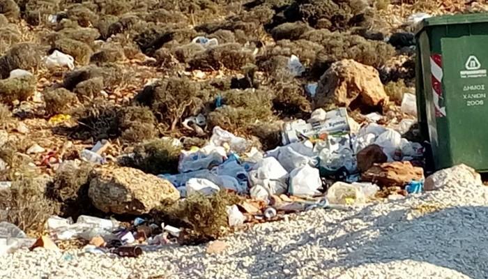 Σεϊτάν Λιμάνια: Παραλία κόσμημα στα Χανιά γεμάτη σκουπίδια