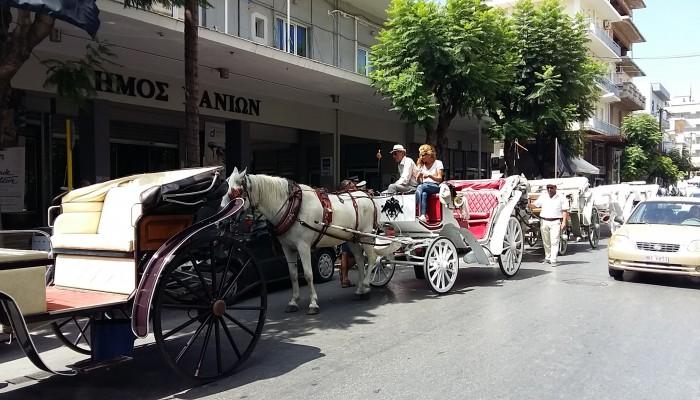 Άφησαν τις άμαξες έξω από το δημαρχείο Χανίων οι αμαξάδες