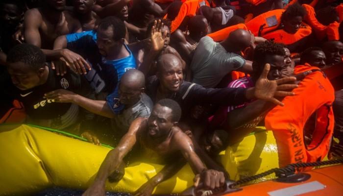 Σπαρακτικές εικόνες: Ζωντανοί μαζί με νεκρούς μετανάστες στην ίδια λέμβο