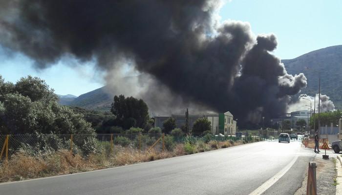 Μεγάλη φωτιά σε γνωστό εργοστάσιο στο Ηράκλειο (φωτο - βίντεο)
