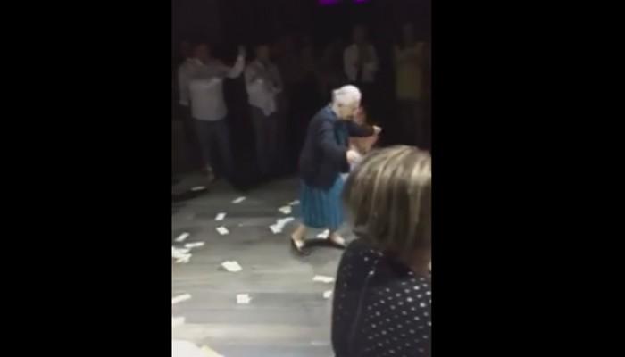 Η Ελληνίδα γιαγιά που έκανε θραύση στον γάμο της εγγονής της στο εξωτερικό