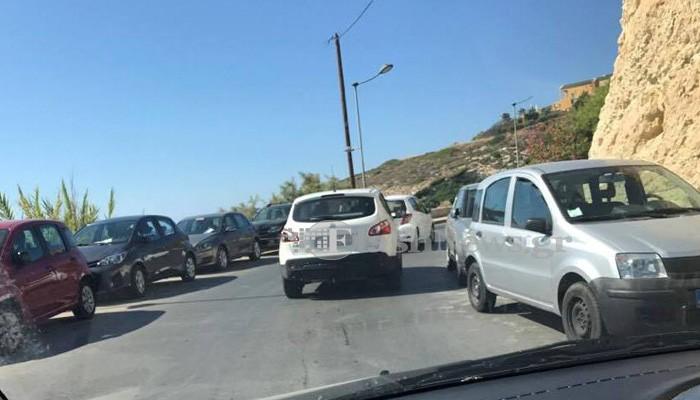 SOS από τον Καλαθά στα Χανιά – Οι λουόμενοι «κλείνουν» τον δρόμο (φωτο)
