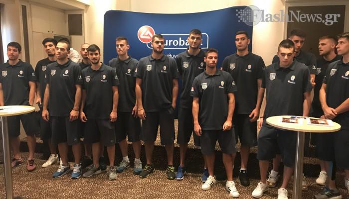Οι παίκτες της Εθνικής Ομάδας Μπάσκετ Νέων κοντά στα παιδιά