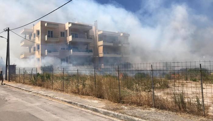 Πυρκαγιά δίπλα σε πολυκατοικία στη Σούδα (βίντεο - φωτό)