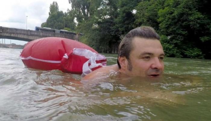 Αυτός ο τύπος πάει κολυμπώντας στην δουλειά του για να γλιτώσει την κίνηση