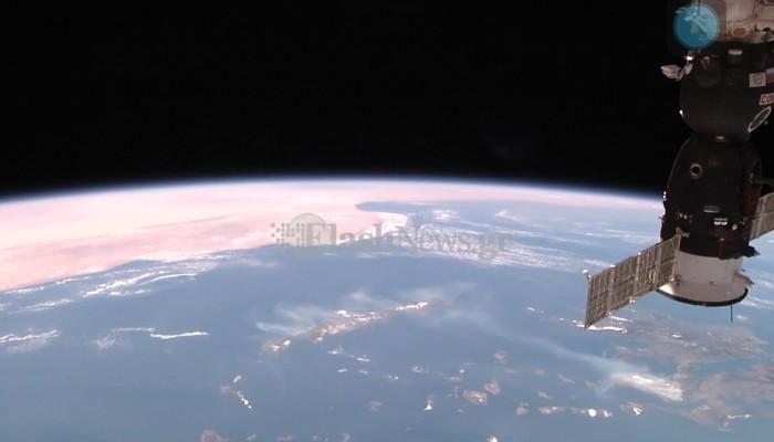 Φωτο της NASA με τον καπνό από τη φωτιά στην Αθήνα να φτάνει μέχρι Κρήτη