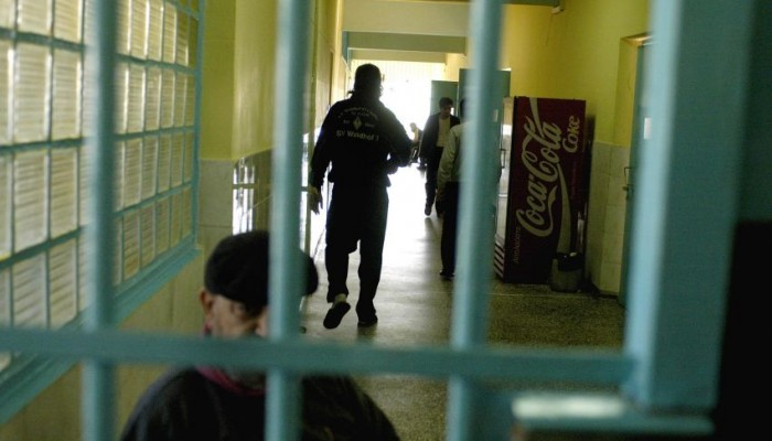 Σκηνές φρίκης πίσω από τα κάγκελα για σωφρονιστικό υπάλληλο στην Κρήτη