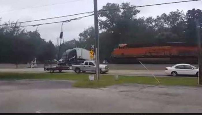 Τρένο έκοψε στα δύο νταλίκα (βίντεο)