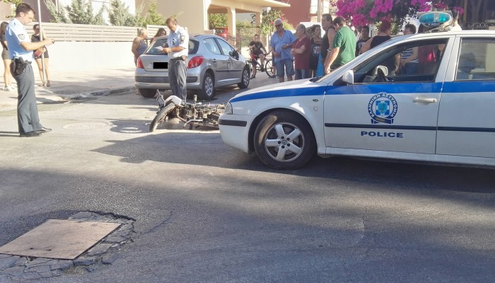 Χανιά: Σύγκρουση αυτοκινήτου με δίκυκλο - Τραυματίστηκε ένας άνδρας (φωτό)