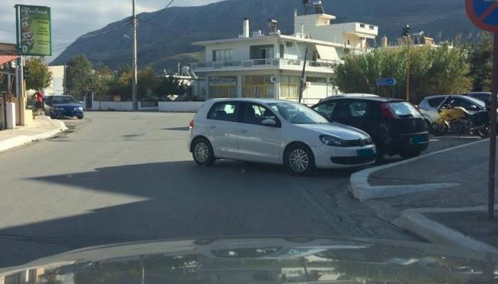 Το πάρκαρε με το αυτοκίνητο να κλείνει τον μισό δρόμο (φωτο)