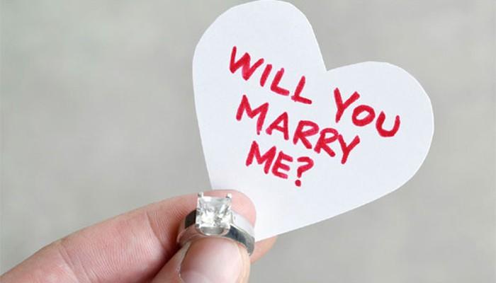 Κρήτη: Μια πολύ ρομαντική πρόταση γάμου στο κέντρο της πόλης