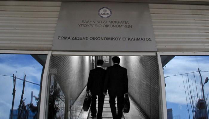 ΣΔΟΕ: Χιλιάδες «μαϊμού» προϊόντα στην Κρήτη - Μέχρι και καλάσνικοφ βρήκαν σε οινοποιείο!