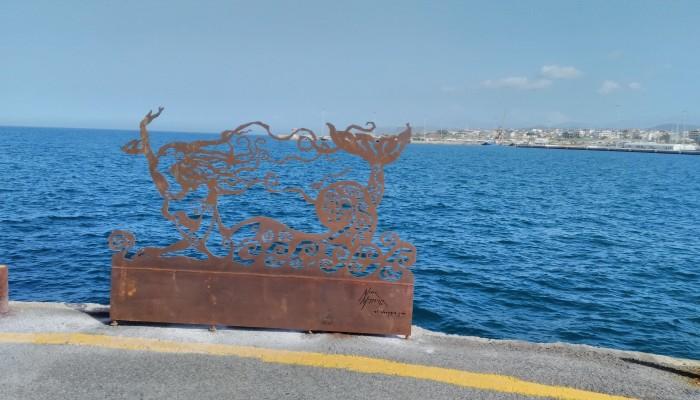 Μια γοργόνα καλωσορίζει τα πλοία και τους επισκέπτες του Ηρακλείου