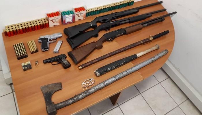 Πατέρας και γιος έκρυβαν όπλα και 250.000 ευρώ (φωτο)