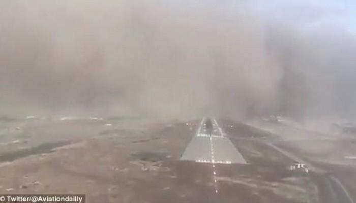 Απίστευτη προσγείωση αεροπλάνου εν μέσω ισχυρής αμμοθύελλας (βίντεο)