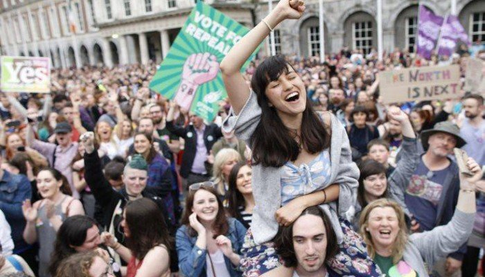 Το «ναι» των Ιρλανδών στις αμβλώσεις,αποδοκιμασία για την καθολική εκκλησία