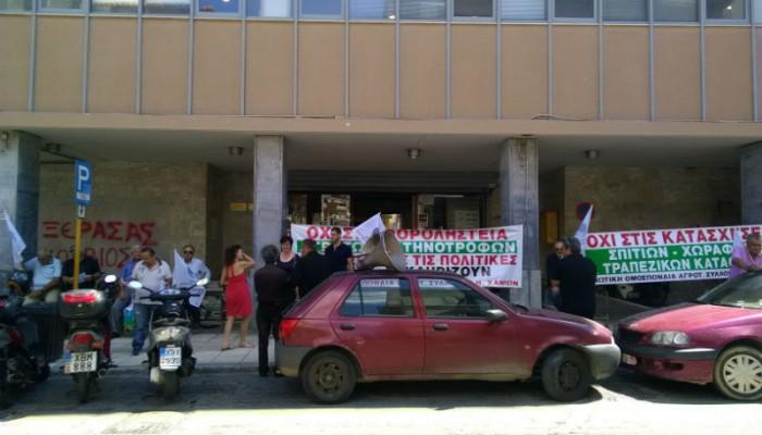 Διαμαρτύρονται στην Eφορία Χανίων οι αγρότες (φωτο)