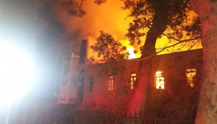 Κάηκε το Πολεμικό Μουσείο στα Χανιά (βίντεο + φωτο)