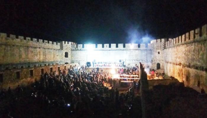 Το Φραγκοκάστελλο γέμισε από κόσμο, μουσική και χορό (φωτο - βίντεο)