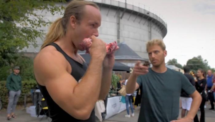 Άνδρας έτρωγε ωμό κρέας σε φεστιβάλ vegan και ξεσήκωσε οργή