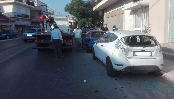 Μηχανή έπεσε πάνω σε τρία σταθμευμένα οχήματα στον Κλαδισό (φωτο)