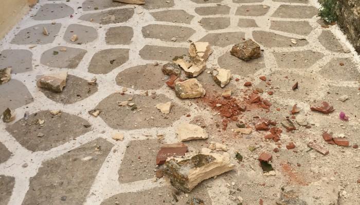 Έπεσε κομμάτι της σκεπής σε ταβέρνα στις Καλύβες Αποκορώνου