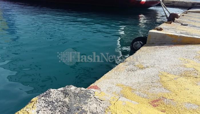 Αυτοκίνητο έκανε βουτιά μέσα στο λιμάνι της Σούδας! (φωτο)