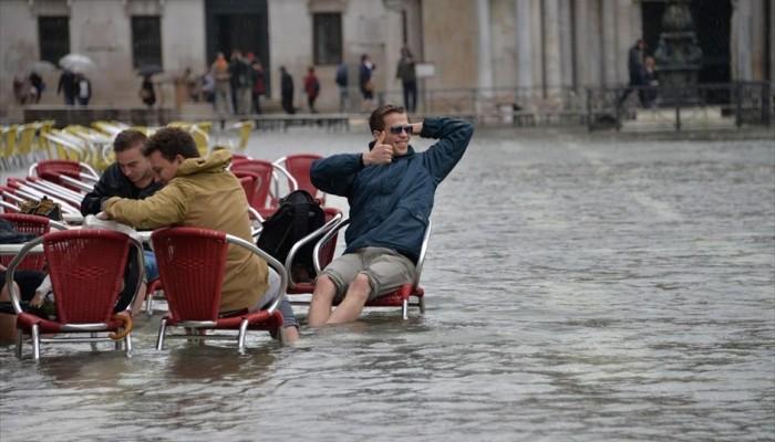 Η Βενετία πλημμύρισε αλλά οι...πιτσαρίες λειτουργούν κανονικά (βίντεο)
