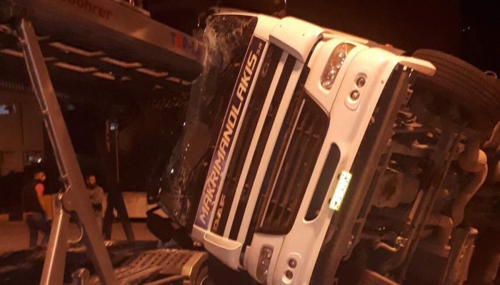 Νταλίκα έπεσε πάνω σε αυτοκινητοφόρο στη Σούδα (φωτο)
