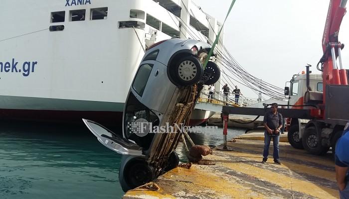 Βίντεο: Ανελκύθηκε το αυτοκίνητο που έκανε βουτιά στο λιμάνι της Σούδας