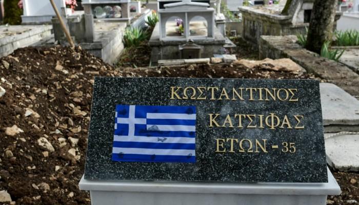 Με τον εθνικό ύμνο είπαν το τελευταίο αντίο στον Κ. Κατσίφα (βίντεο + φωτο)
