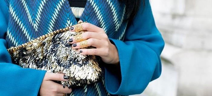 Μια πρόταση για τις γιορτινές μέρες: Dark blue nails με σκόνη rainbow