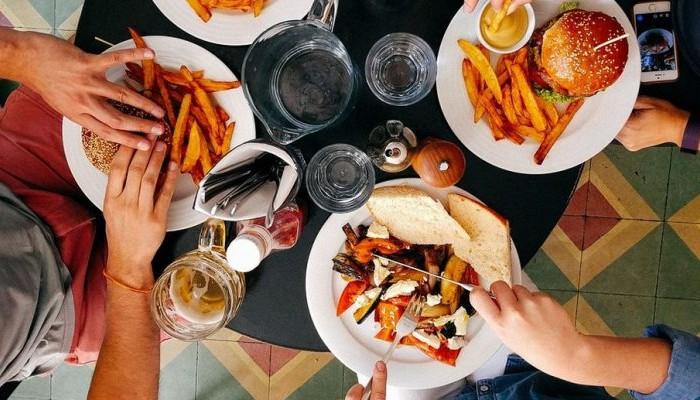 Έρευνα: Οι Έλληνες τρώμε πολύ και ανθυγιεινά