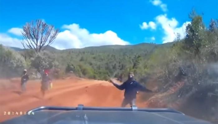 Η τρομακτική στιγμή που κλέφτες επιτίθενται με ματσέτες σε αυτοκίνητο