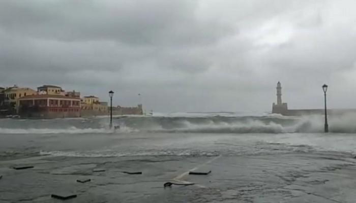 Κύματα στο ενετικό λιμάνι Χανίων: Ήμουν νιος και γέρασα