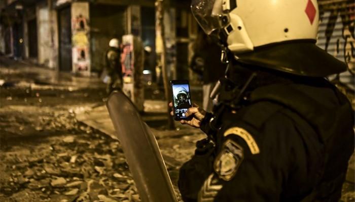 Απίστευτη φωτο: Η selfie αστυνομικού των ΜΑΤ στα αποκαΐδια των επεισοδίων
