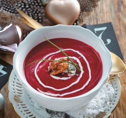 Σούπα παντζαριού με σταγόνες μπλε τυριού και καραμελωμένα καρύδια