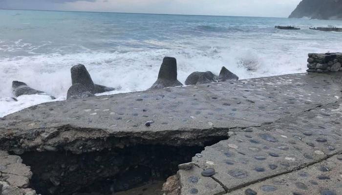 Τα κύματα διέλυσαν προβλήτα και δρόμο στην Αγία Ρουμέλη (φωτο-βίντεο)