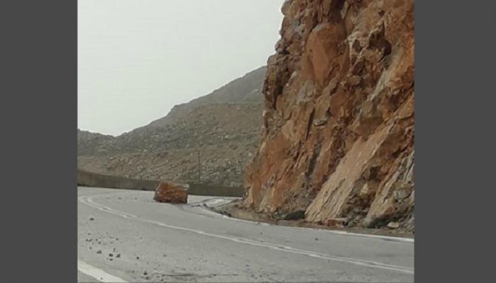 Τεράστιος βράχος έπεσε σε επικίνδυνη στροφή (φωτο)