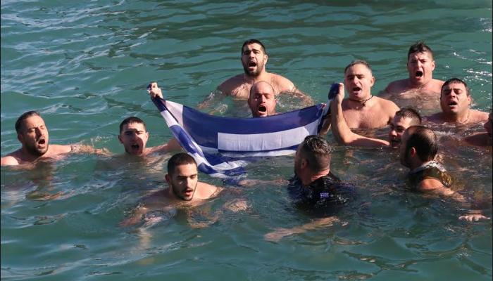 Έπεσαν στην θάλασσα με την ελληνική σημαία για να πιάσουν το σταυρό (φωτο)