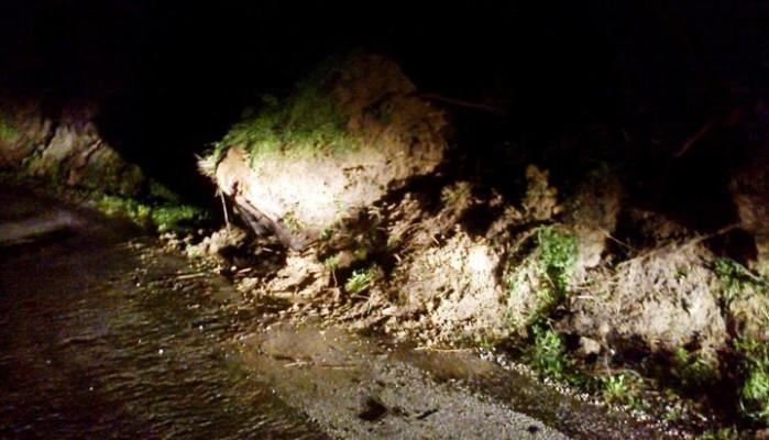 Βράχος έπεσε και έκλεισε τον δρόμο στην Πολυρρήνια Κισσάμου