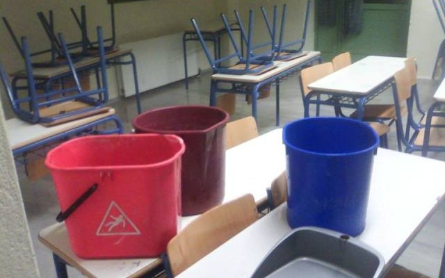 Έβαλαν κουβάδες επειδή έσταζε το ταβάνι στο γραφείο καθηγητών δημοτικού