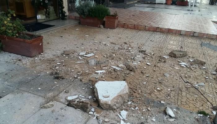 Μεγάλο κομμάτι από μπαλκόνι έπεσε στο κέντρο των Χανίων (φωτο)
