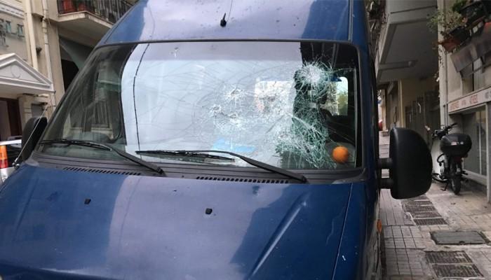 Επίθεση σε βαν της ΕΛΑΣ έξω απ'το ΟΠΑ - Αστυνομικός πυροβόλησε στον αέρα