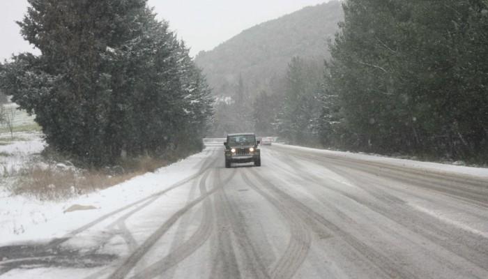 Αυτοκίνητο ακινητοποιήθηκε από το χιόνι στα Μεγάλα Χωράφια (βιντεο)