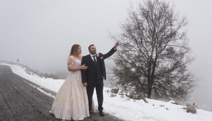 Νύφη και γαμπρός στην Κρήτη δεν δίστασαν - Φωτογραφήθηκαν στα χιόνια (φωτο)